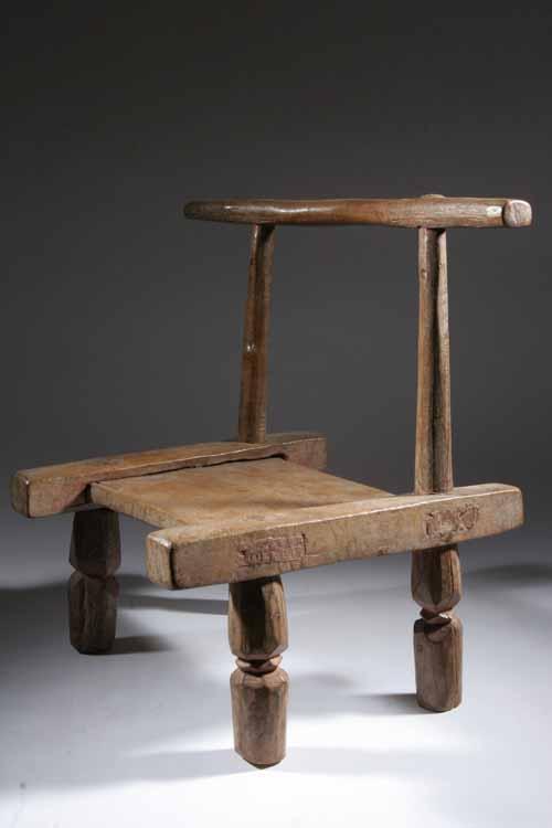 les tabourets sculpt s sont une expression de l 39 art africain dans le quotidien africain. Black Bedroom Furniture Sets. Home Design Ideas