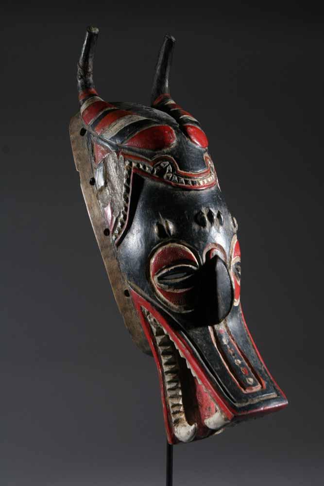 Le masque pour une jeune peau de la personne de la peau problématique